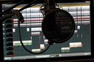 Mikrofon mit Popfilter und DAW