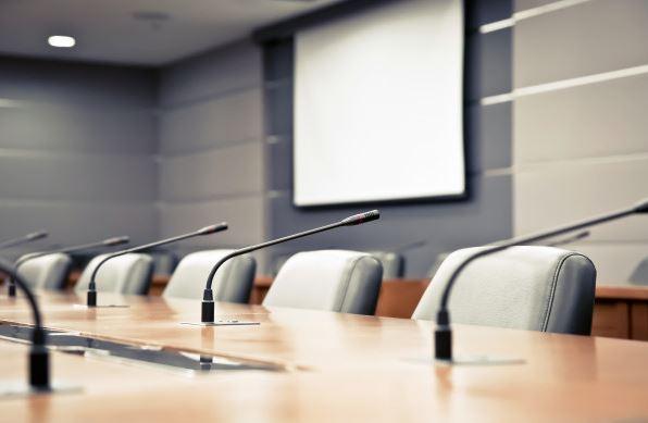 Tischmikrofone bei Konferenzen